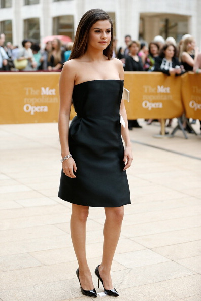 Selena Gomez en robe bustier noire et blanche