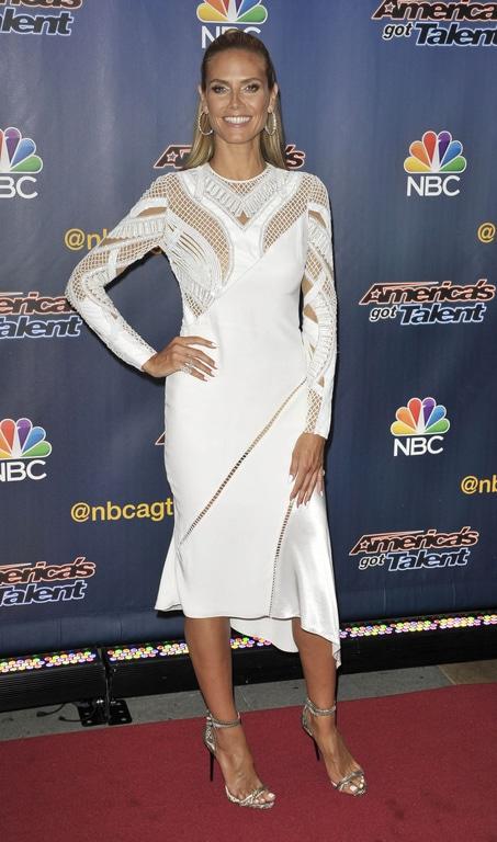 Heidi Klum portait une robe blanche avec le jeu de transparence