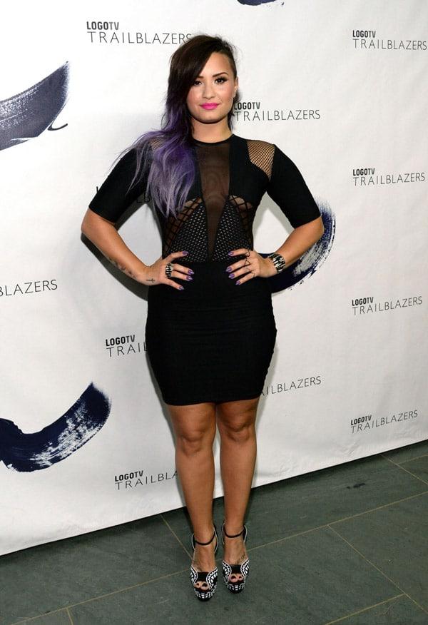 Demi Lovato adopte une robe noire transparente