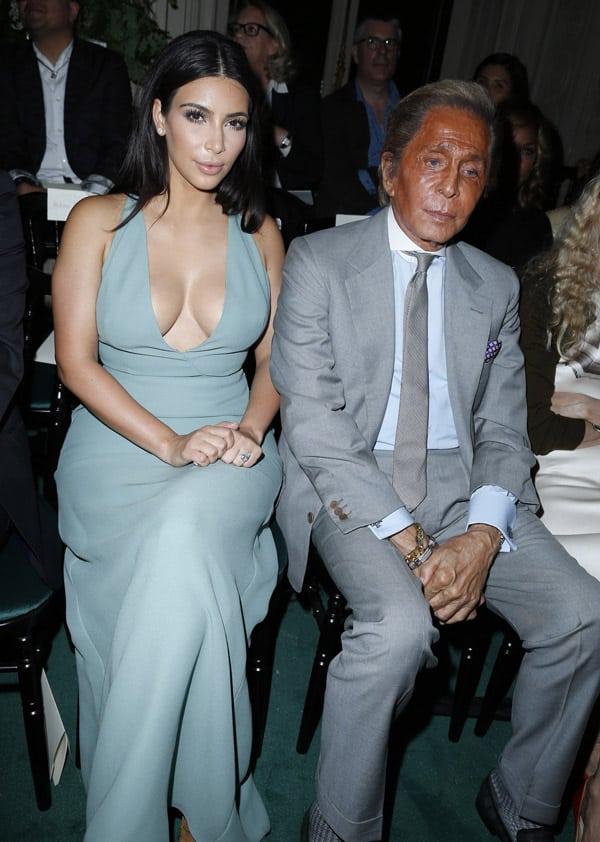 kim kardashian au défilé haute couture de valentino