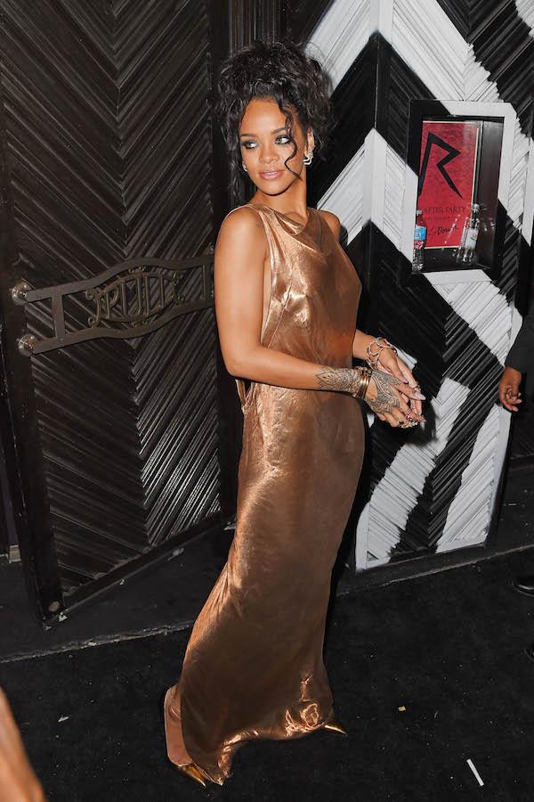 Rihanna portait une robe longue très décolletée au dos