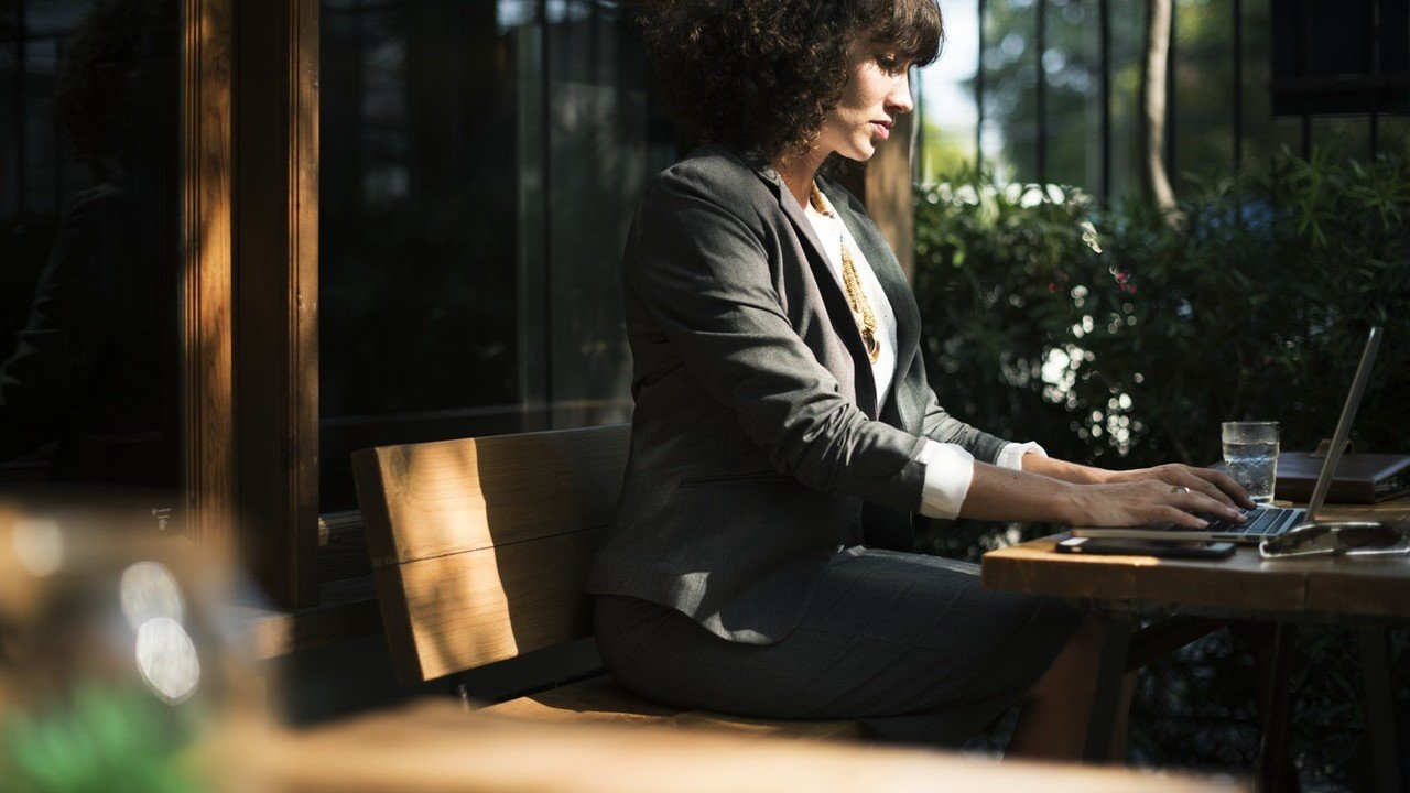 Une femme d'affaire finalisant son projet de création d'entreprises