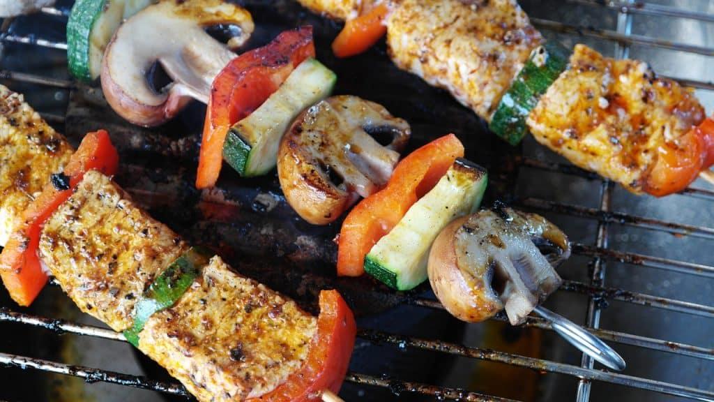 Un barbecue avec des borchettes