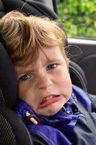 Petit garçon dans un siege auto