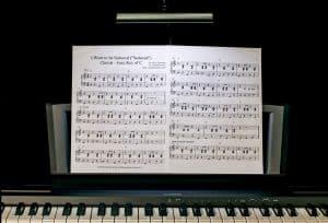 pupitre directement sur le piano
