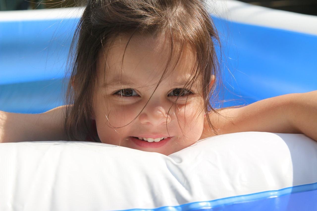 enfant dans une piscine autoportante